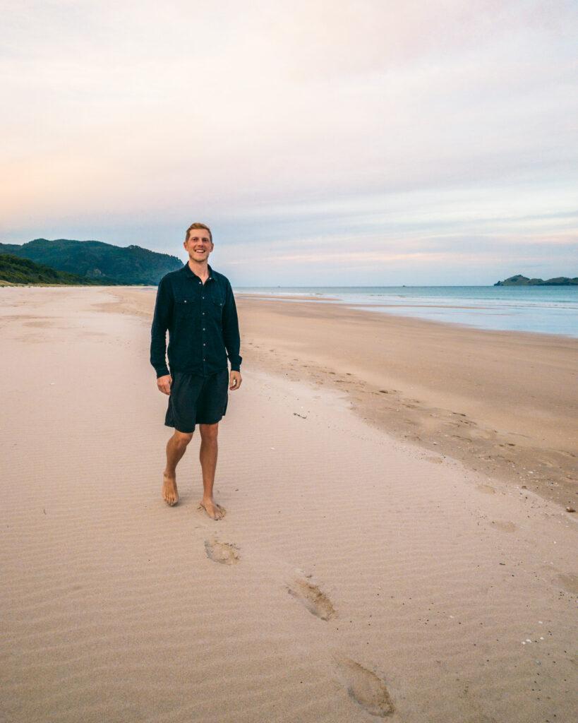 Baglæns på stranden